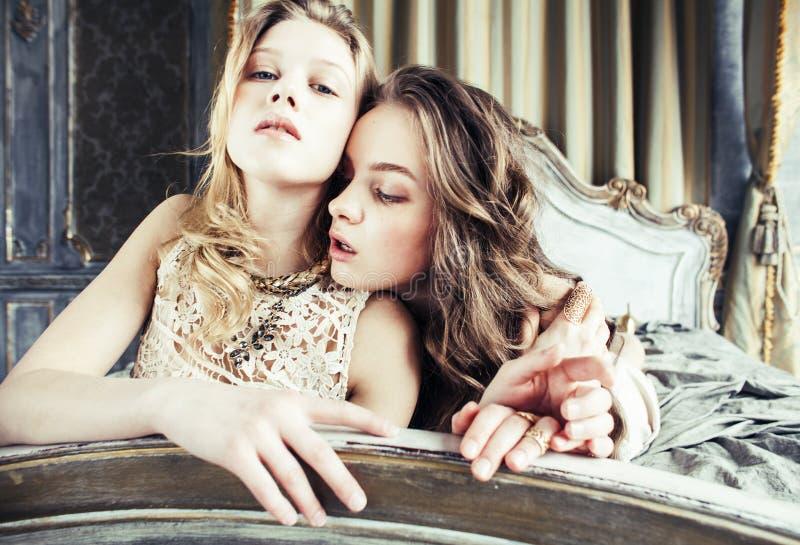 Dwa fryzury ładna bliźniacza siostrzana blond kędzierzawa dziewczyna w luksusowy hous obrazy royalty free