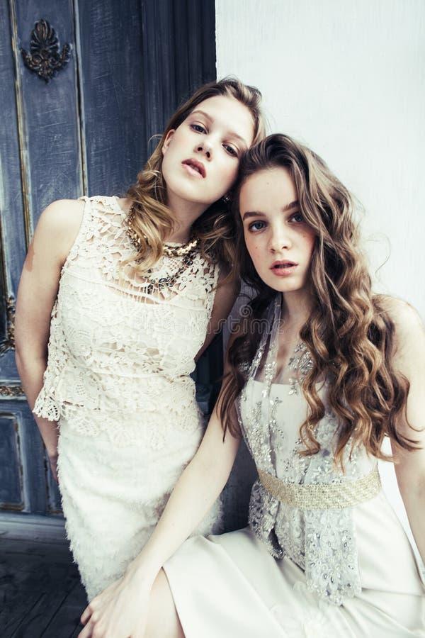 Dwa fryzury ładna bliźniacza siostrzana blond kędzierzawa dziewczyna w luksusowy hous zdjęcia stock