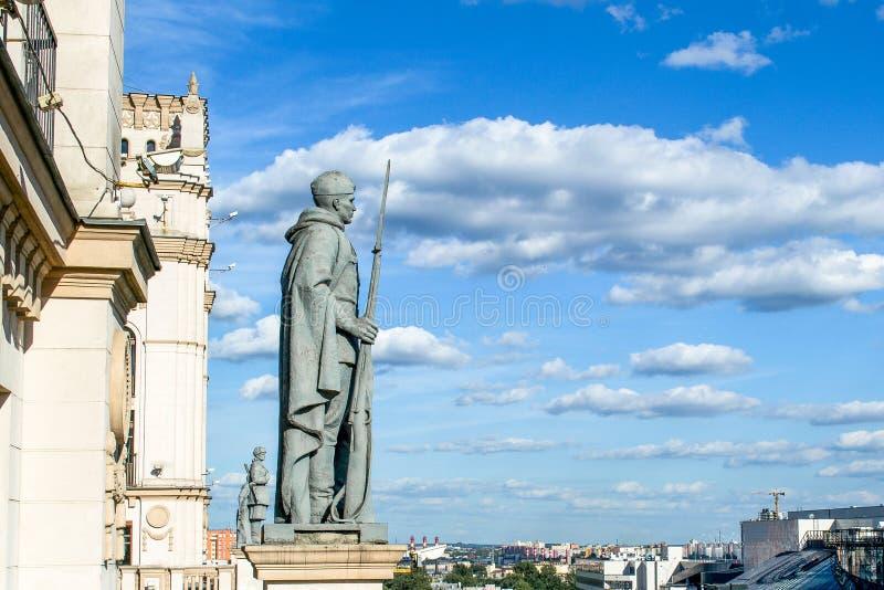 Dwa górują na stacja kolejowa kwadrata miasta bramach Minsk Białoruś obrazy royalty free