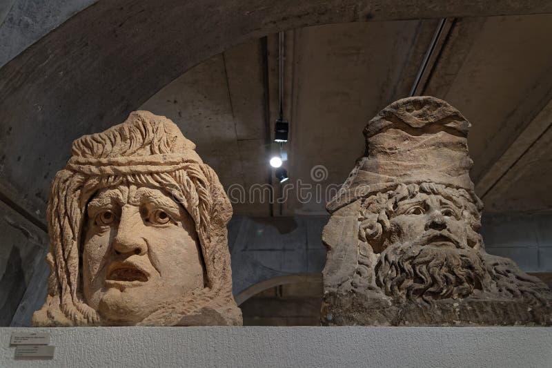 Dwa głowy Romańskie rzeźby znajdować w Lion zdjęcia stock