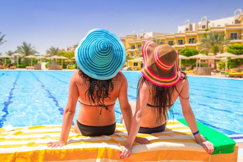 Dwa garbnikującej dziewczyny na słońce wakacjach zdjęcie stock