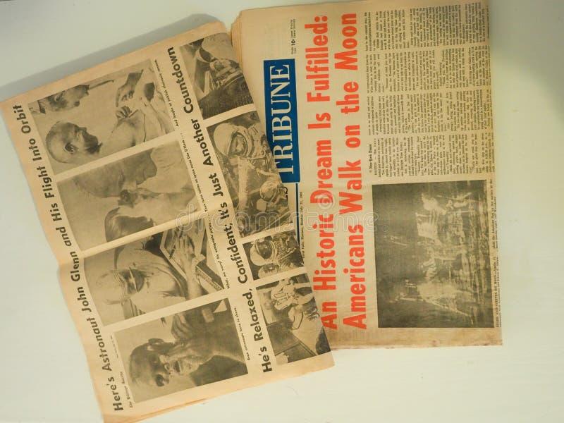 Dwa gazety Dzieli wiadomość John Glenn księżyc spacer zdjęcia stock