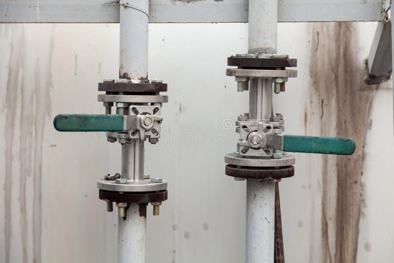 Dwa gazociągi pionowe z kranami do włączania i wyłączania zasilania wodą, gazem, ropą naftową, toliwem, benzyną lub olejem napędo obraz royalty free