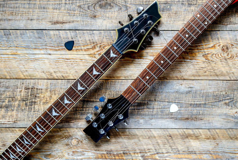Dwa gitary elektrycznej bodies na drewnianej deski tle zdjęcia royalty free