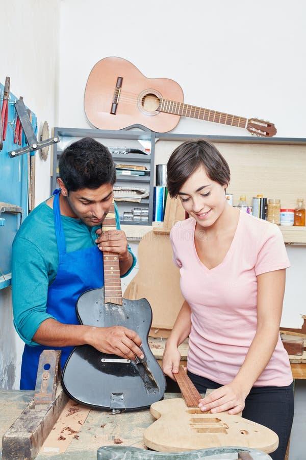 Dwa gitary produkci aplikantów pracować zdjęcia stock