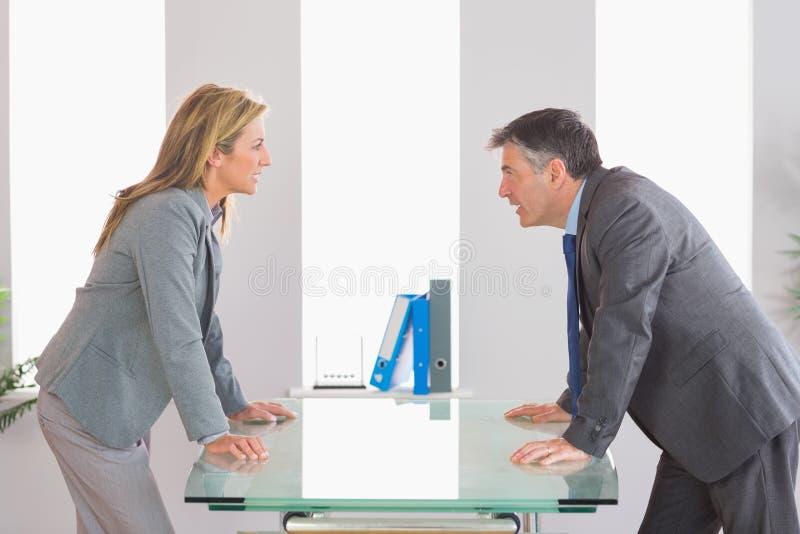 Dwa gniewnego biznesmena dyskutuje na each stronie biurko obraz stock