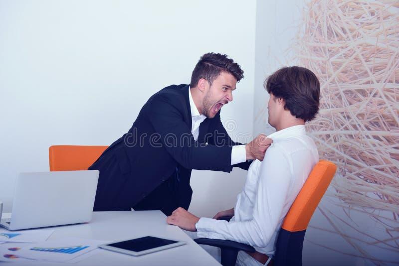 Dwa gniewnego biznesowego kolegi podczas argumenta obraz royalty free