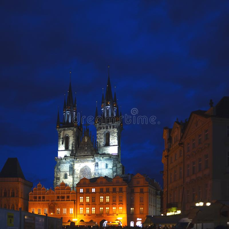 Dwa gotyk góruje kościół nasz dama w iluminacji póżno przy nocą kościół tyn fotografia stock