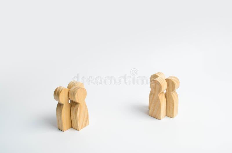 Dwa grupy ludzi stoją naprzeciw each inny na białym tle Pojęcie spotkanie i negocjować ludzi dwa zdjęcie royalty free