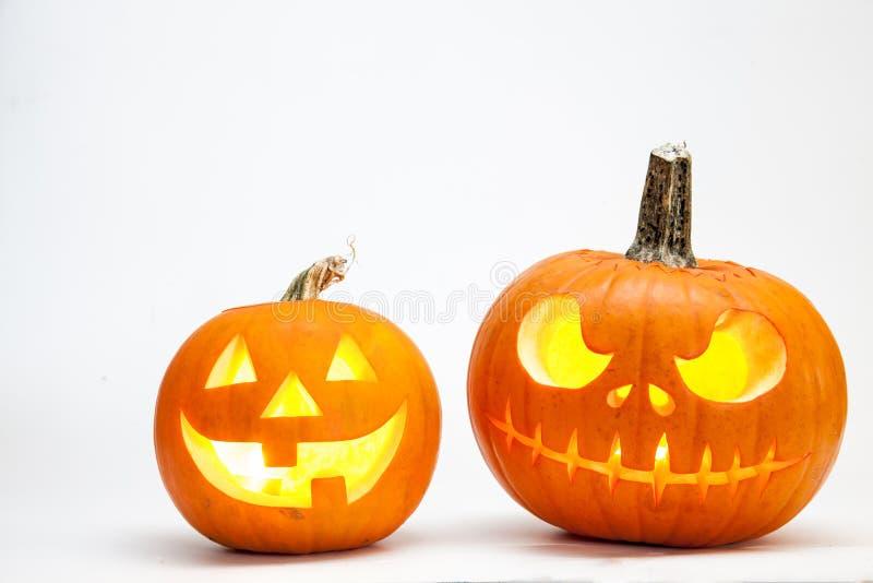 Dwa Halloween bani głowy dźwigarki lampion z płonącymi świeczkami odizolowywać na białym tle zdjęcia stock