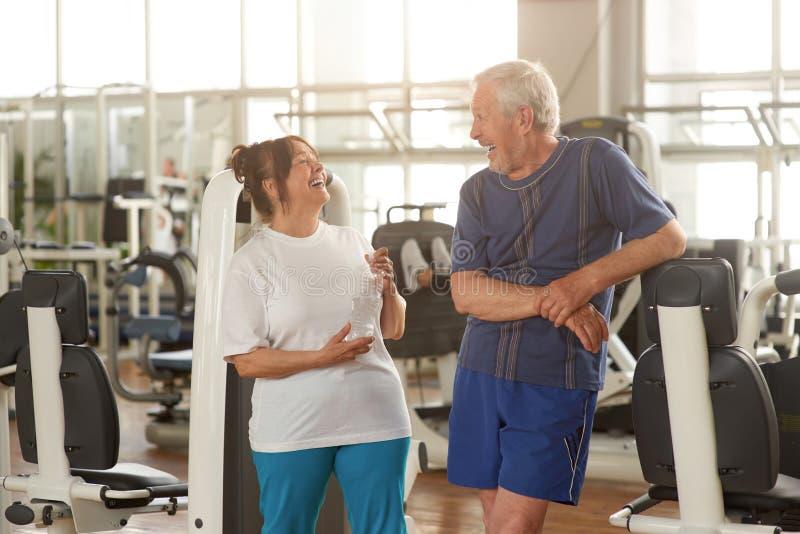 Dwa happpy starszego ludzie przy gym obrazy stock