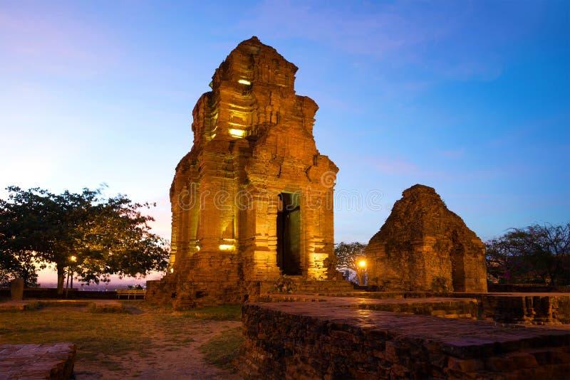 Dwa Hinduskiej świątyni antyczny Cham góruje w wieczór zmierzchu Phan Thiet, Wietnam obrazy stock