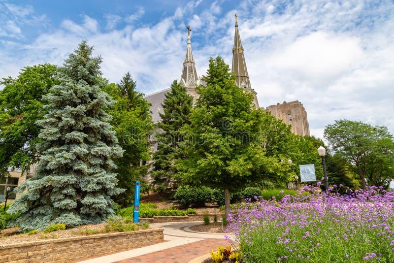 Dwa iglicy St John kościelny Creighton Uniwersytecki Omaha Nebraska fotografia royalty free