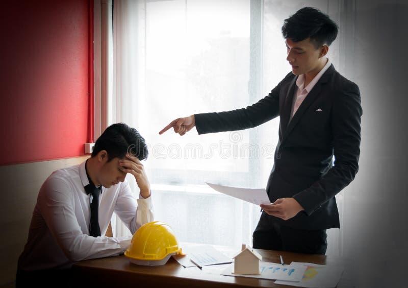 Dwa inżynier lub biznesmen narzekają błąd obraz stock