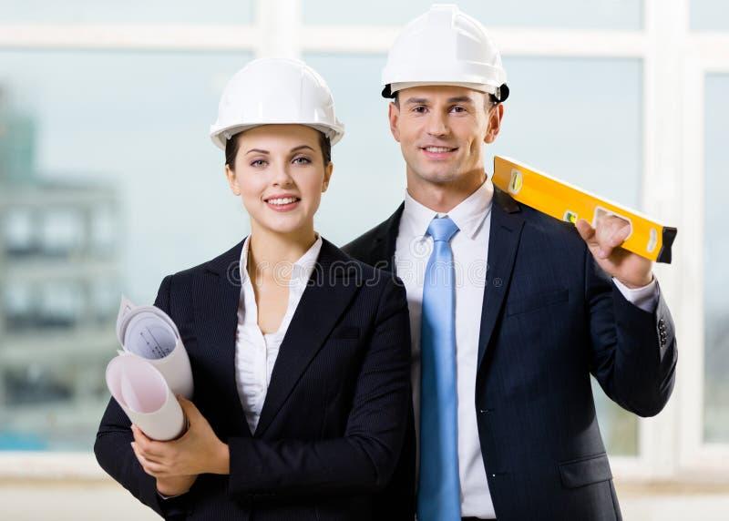 Dwa inżyniera utrzymuje poziom i projekty fotografia stock