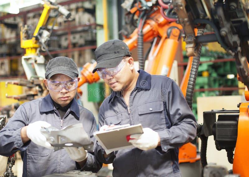 Dwa inżynieria w fabryce obraz stock