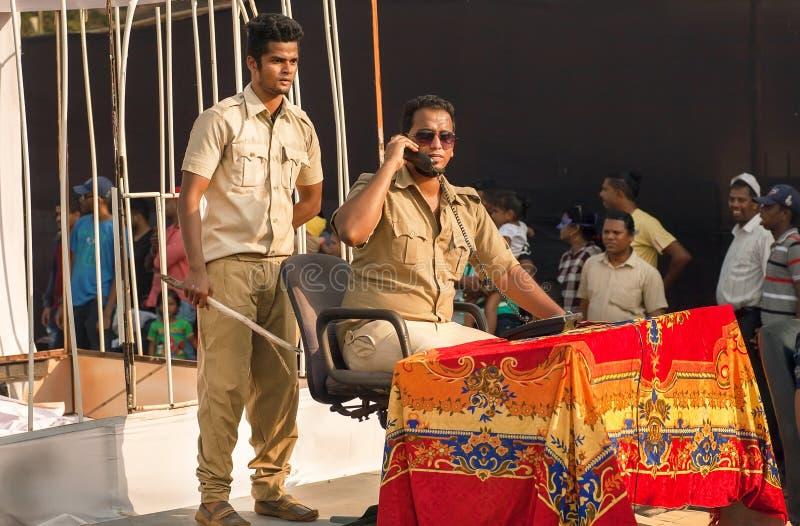 Dwa indyjskiego aktora w mundurze przedstawiają korupcję policja podczas przedstawienia tradycyjny Goa karnawał obraz stock
