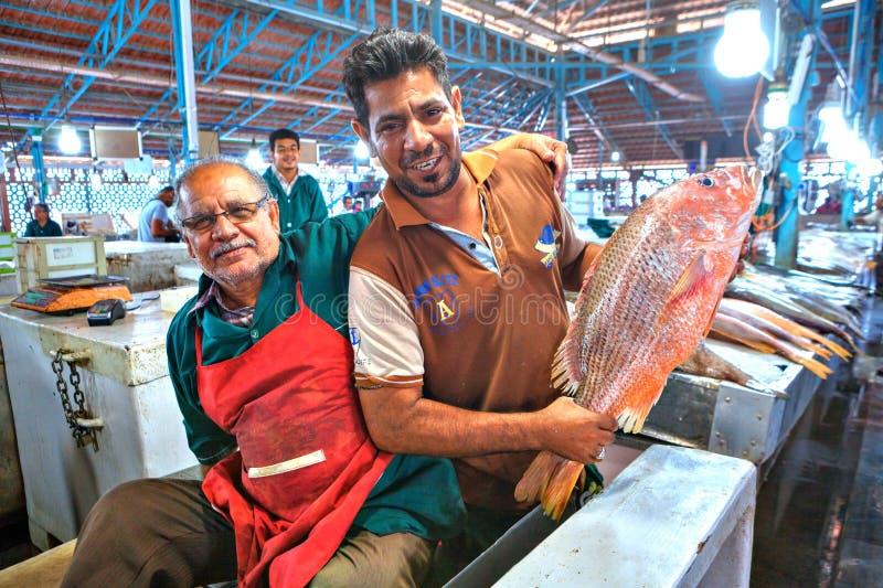 Dwa Irańskiego handlowa w rybim rynku, Islamska republika Iran zdjęcie stock
