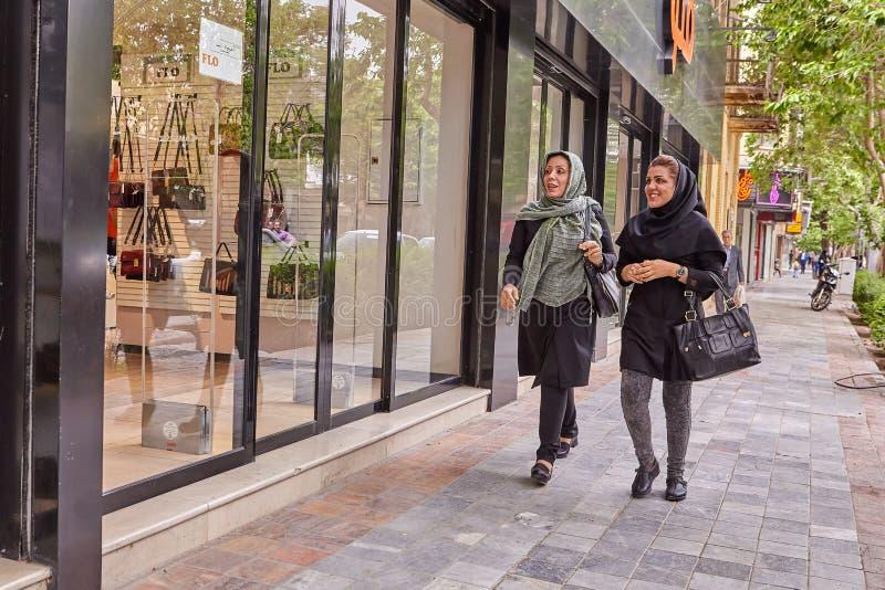 Dwa Irańskiej kobiety chodzą puszek ulicę z sklepami, Kashan, Iran obraz stock