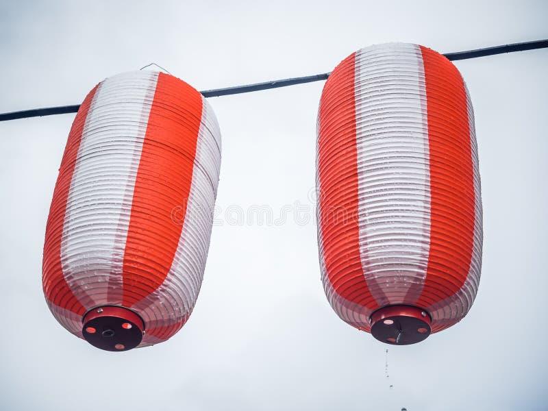 Dwa japońskich lampionów Chochin papierowy biały obwieszenie na girlandy nieba tle zdjęcie royalty free