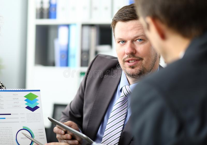 Dwa jeden na jeden biznesmen spotyka zdjęcie stock