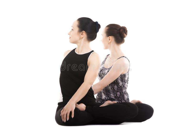 Dwa jog kobiety partnera siedzi w joga Lotosowej pozie zdjęcia royalty free