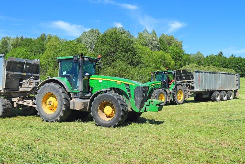 Dwa John Deere 7930 ciągników z przyczepami fotografia royalty free