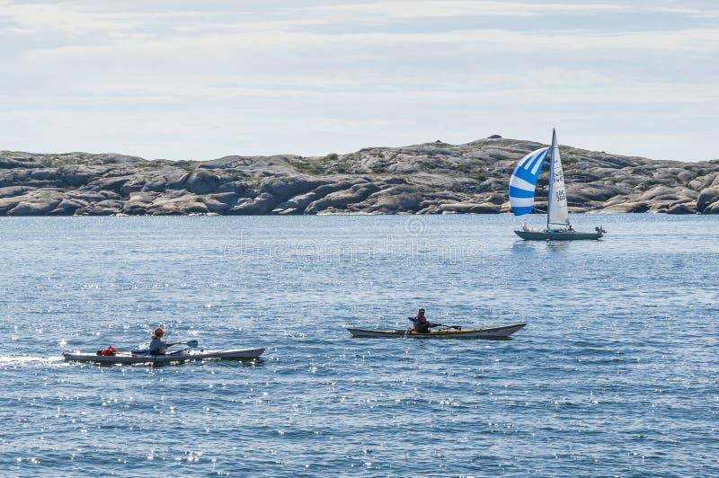 Dwa kajaka i sailingboat szwedów zachodnie wybrzeże obraz stock
