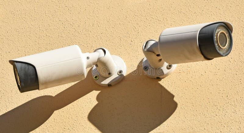 Dwa kamery bezpieczeństwej na ścianie budynek fotografia stock