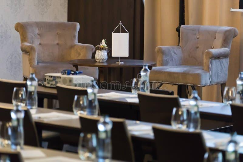Dwa karła byli głośnikowym stołem w luksusowej sali konferencyjnej zdjęcia royalty free