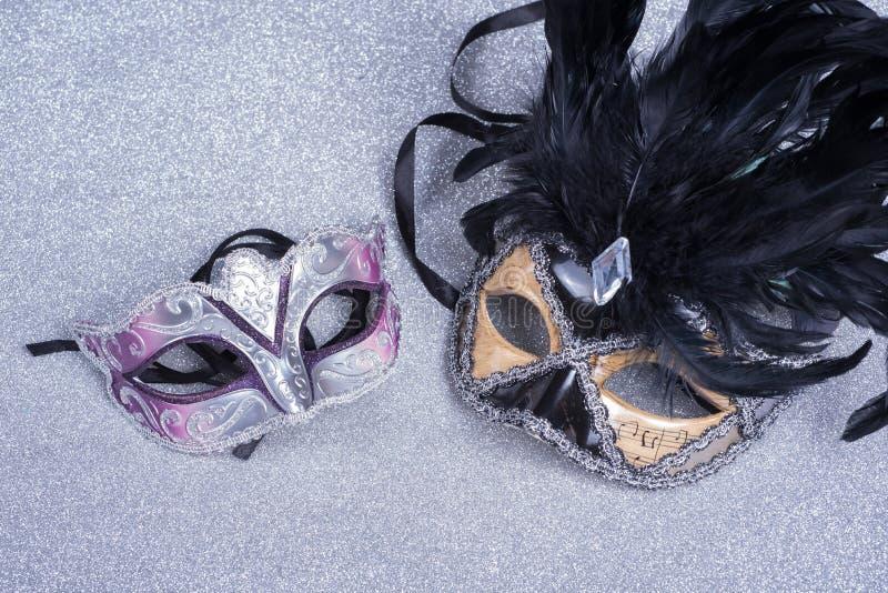 Dwa karnawałowej maski z piórkami na błyskotliwości zdjęcie royalty free