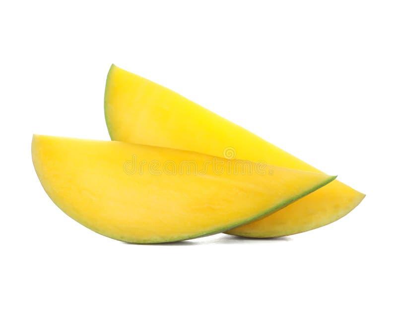 Dwa kawałka odizolowywającego na białym tle mango zdjęcie royalty free