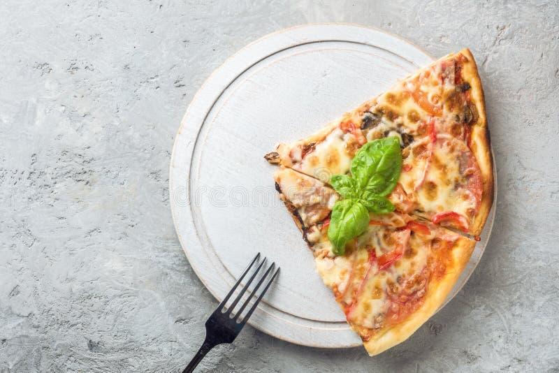 Dwa kawałka Włoska pizza z pomidorami rozrasta się bekon i che zdjęcie royalty free