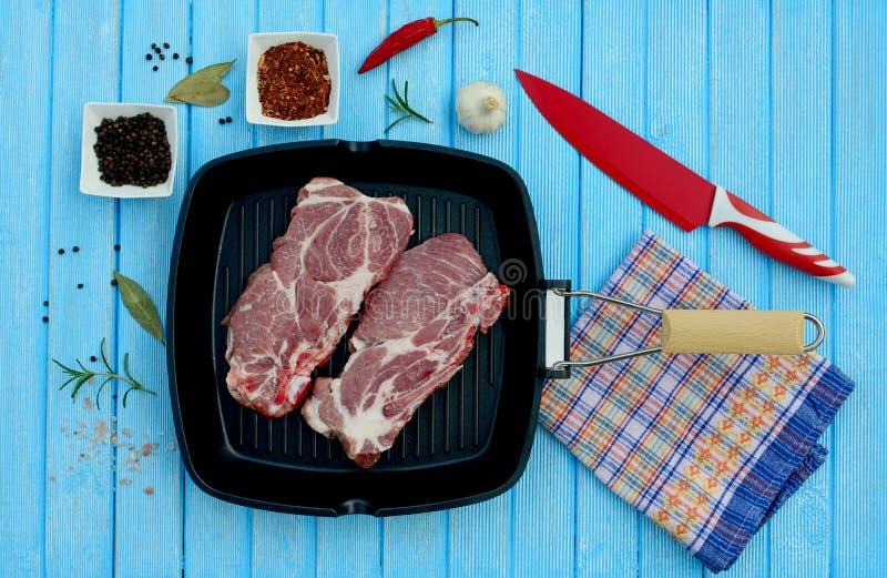 Dwa kawałka wieprzowiny mięso w niecce i pikantność dla gotować obraz royalty free