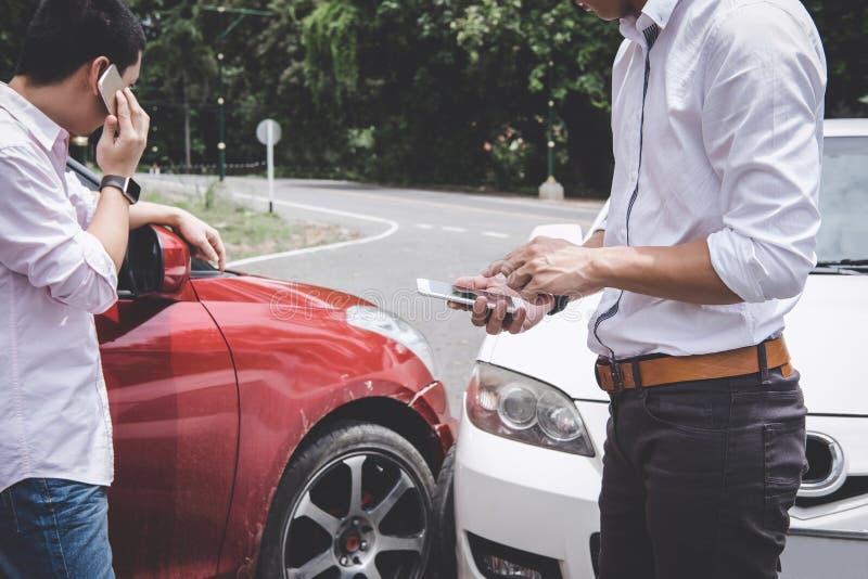 Dwa kierowcy obsługują argumentowanie po samochodowego wypadku ulicznego karambolu i robić Asekuracyjny agent rozmowa telefonicza fotografia royalty free