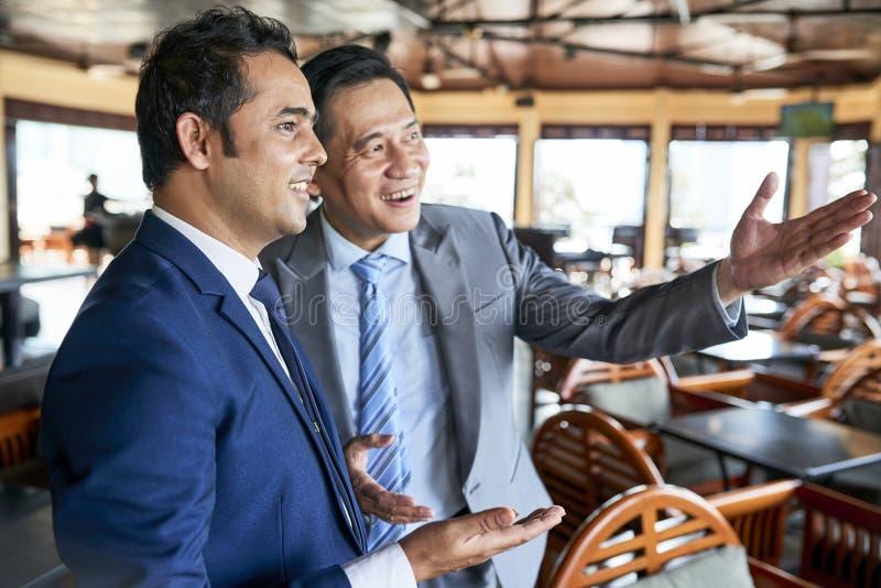 Dwa kierownika dyskutuje w kawiarni zdjęcia royalty free