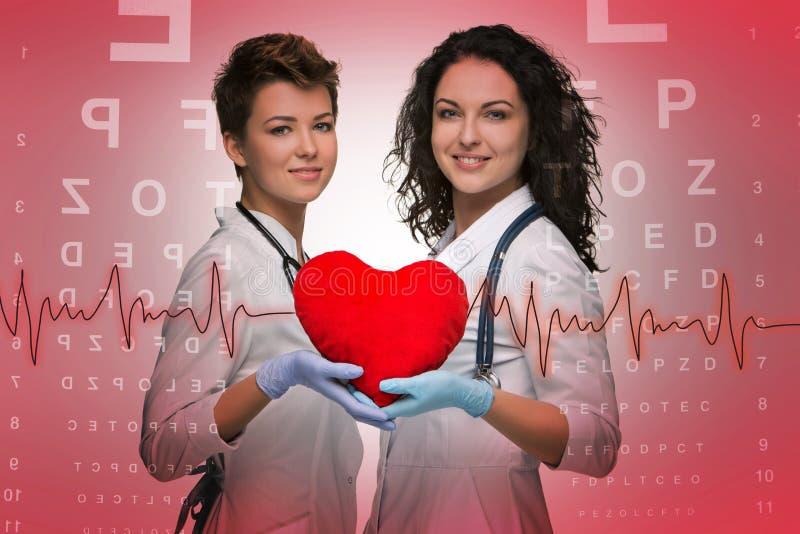 Dwa kobiet doktorski mienie czerwony serce obraz royalty free