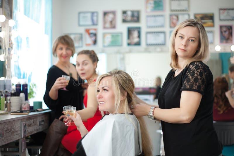 Dwa kobiet przyjaciel w piękno salonie przy fryzjerem i mistrzem makeup obrazy royalty free