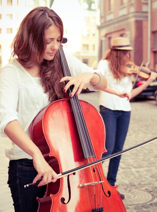 Dwa kobiet sznurków duetu bawić się obrazy stock