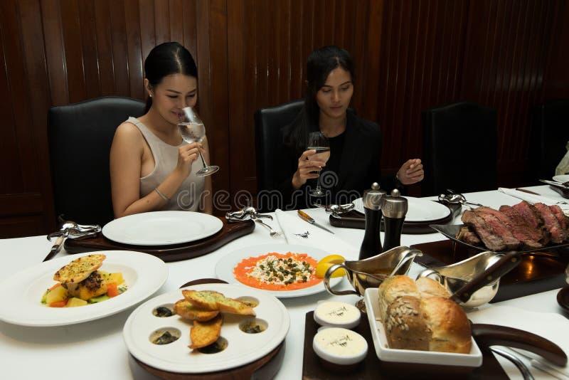 Dwa kobiet włosy lunchu kawałka stku dużego grilla obraz royalty free