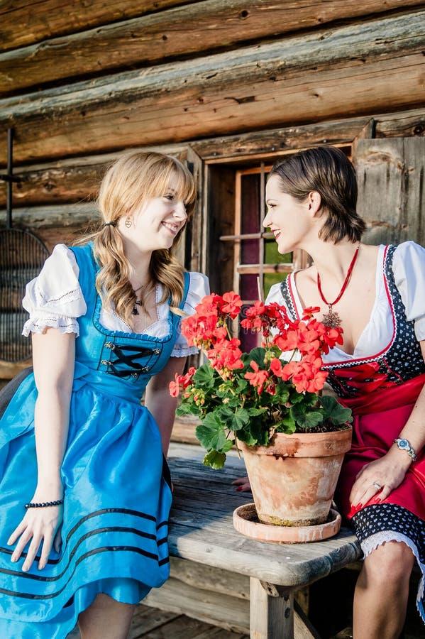Dwa kobieta jest ubranym austriackiego Dirndl obrazy stock