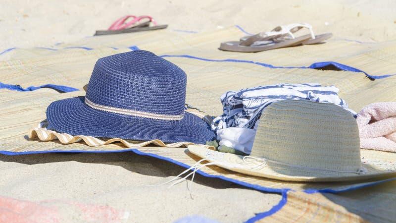 Dwa kobieta słomianego kapeluszu na plaży dla słońce ochrony w tropikalnym upale zdjęcie royalty free