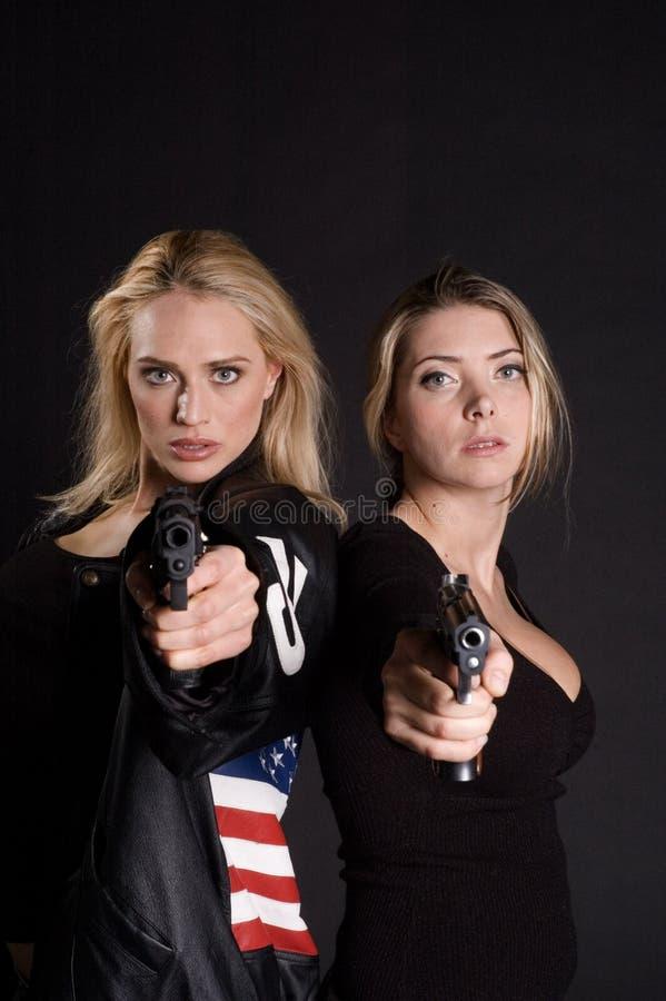 Dwa kobieta z pistoletami zdjęcie royalty free