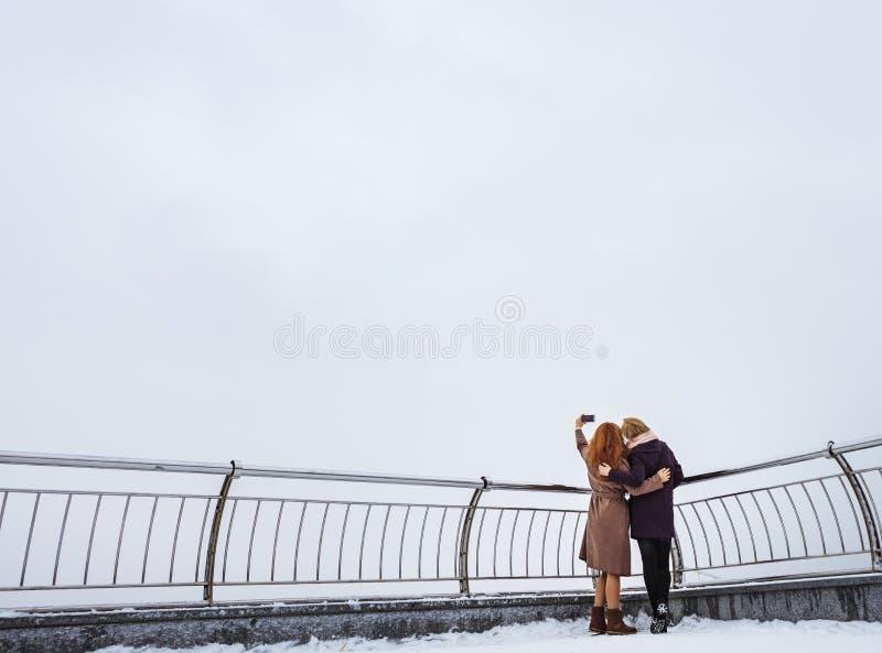 Dwa kobiety chodzi wokoło bulwaru fotografia royalty free