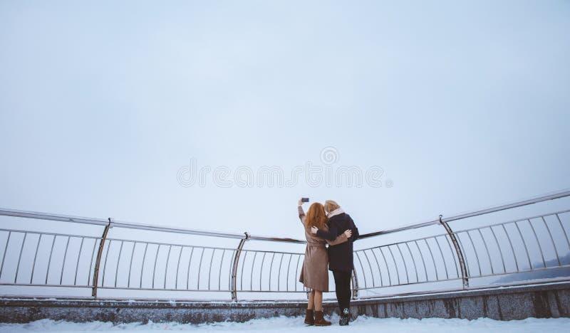 Dwa kobiety chodzi wokoło bulwaru zdjęcia stock