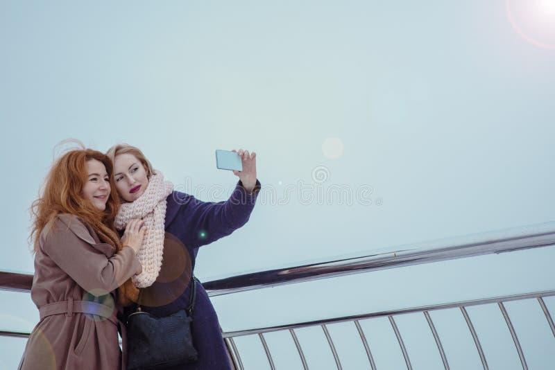 Dwa kobiety chodzi wokoło bulwaru fotografia stock