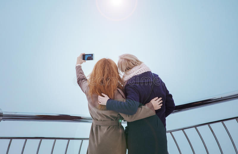 Dwa kobiety chodzi wokoło bulwaru zdjęcia royalty free