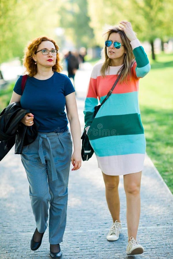 Dwa kobiety chodzi wpólnie - mieć spoczynkowego czas obraz stock