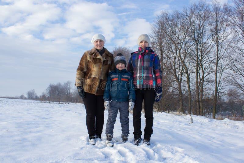 Dwa kobiety i chłopiec w śniegu zdjęcia royalty free