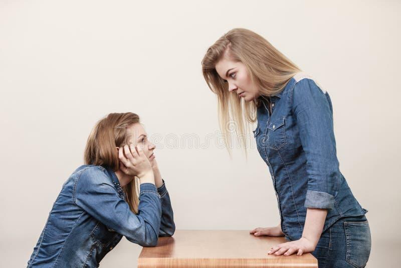 Dwa kobiety ma dyskutują zdjęcia stock
